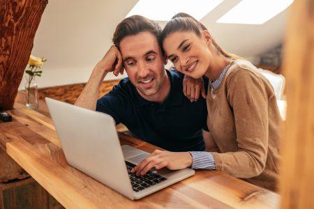 двойка пазарува онлайн